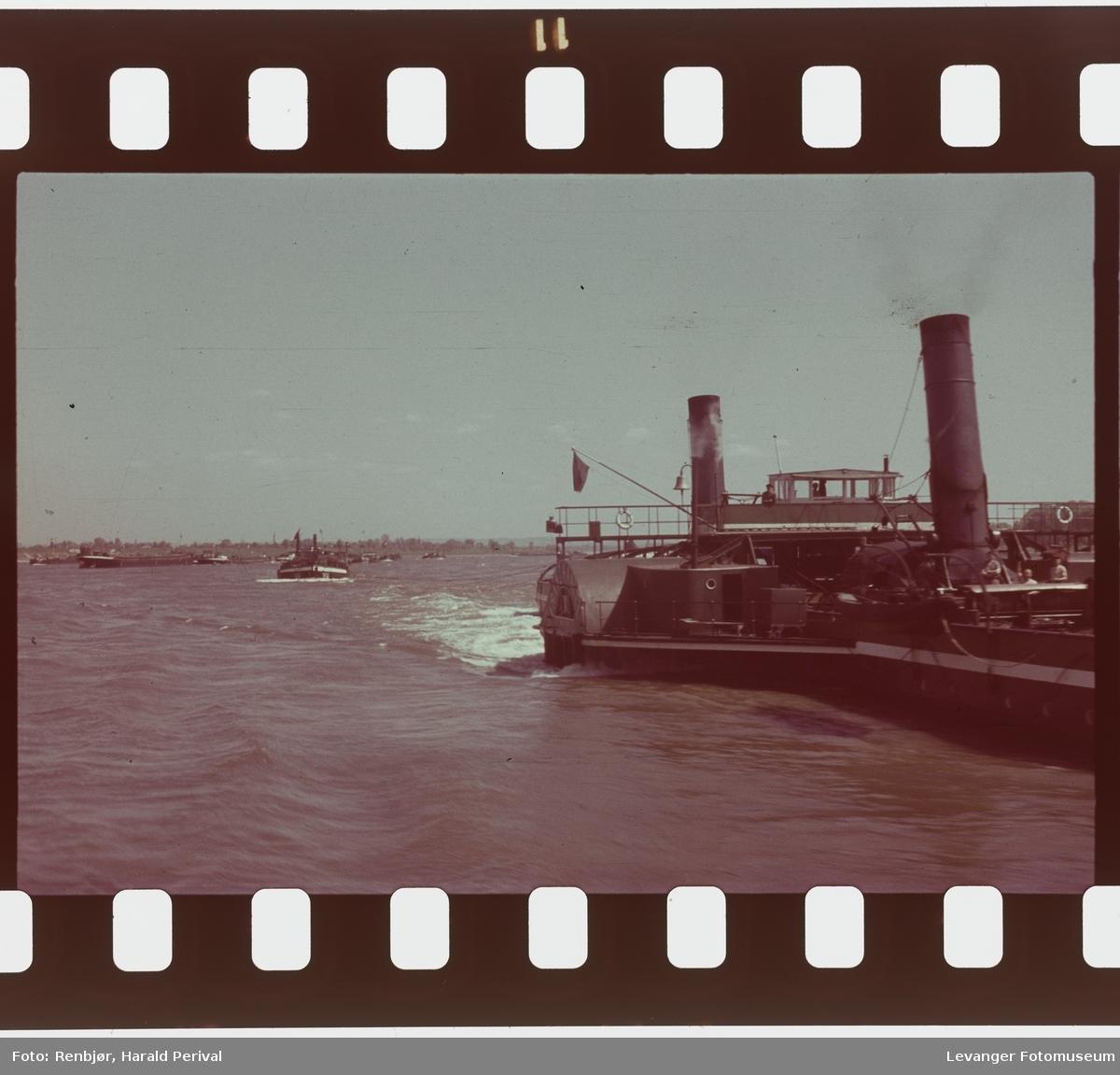 Fra Tyskland i forbindelse med deltakingen på den årlige Fotomessen i Køln.  Dampdreven lekter  på Rhinen.