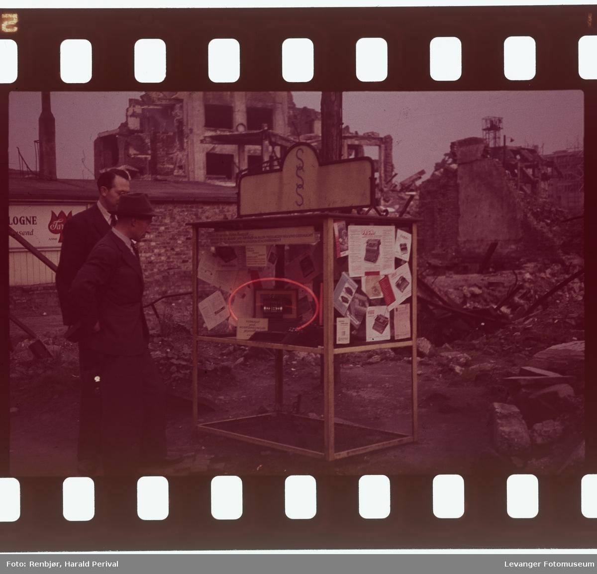 Fra Tyskland i forbindelse med deltakingen på den årlige Fotomessen i Køln. En regneapparat for salg(?) i ruinene.