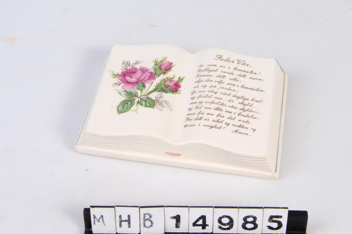 Bokformet pyntegjenstad med dekor og tekst