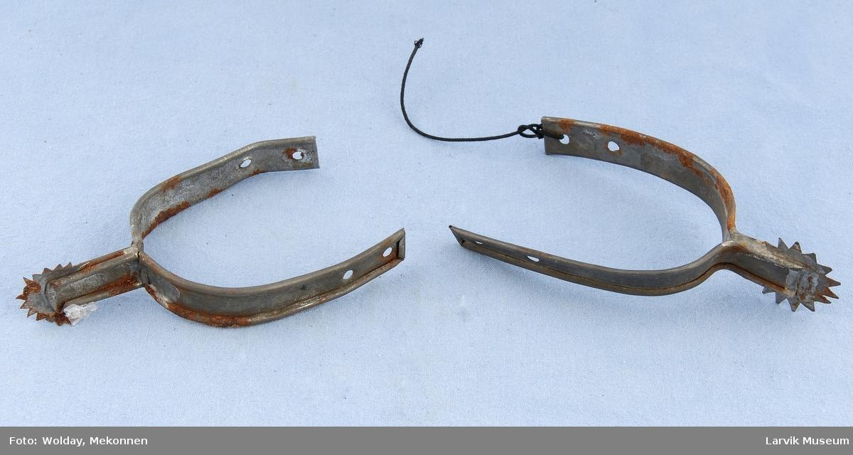 Form: Buet med tannet hjul i ene enden, snor for festing til sko