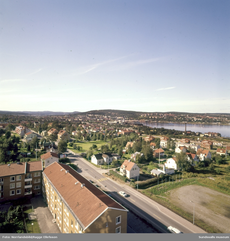 Bilder tagna från höghuset på Skönsmon åt olika väderstreck, med gammal och ny bebyggelse.