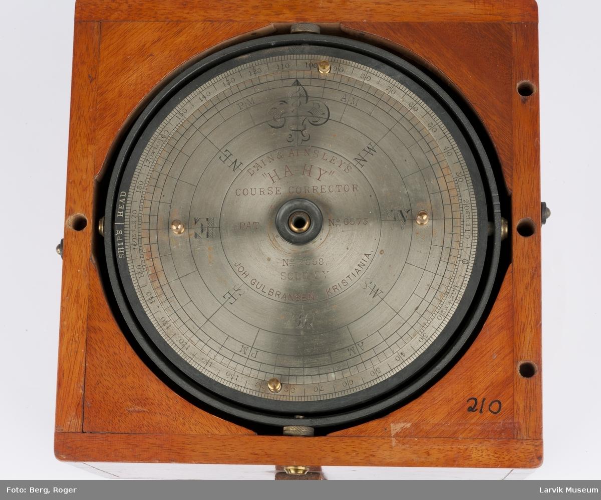 Kompass stående i en mahognykasse uten lokk