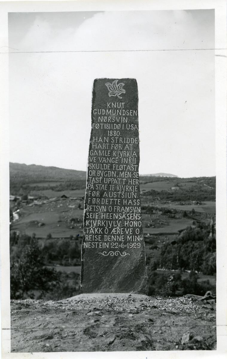En minnestein over Knut Gudmundson Nordsveen ved Heensåsen kyrkje.