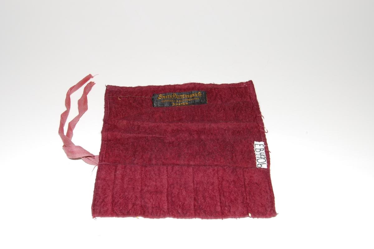 Form: rektangel, sydd små lommer i ene kant, bendelbånd til knyting i ene ende