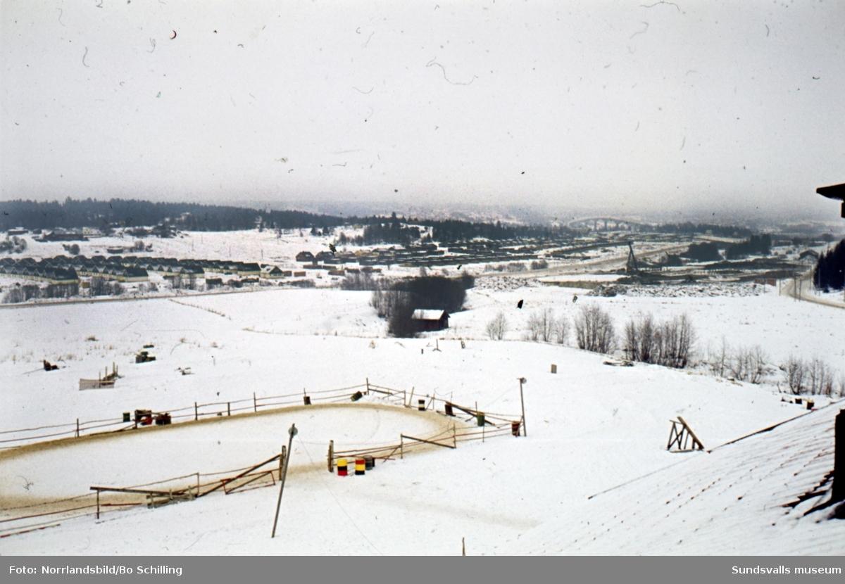 Bilder på pågående och planerade byggen i Ljustadalen, fotograferat från ridskolan i Färsta. På den första bilden bygget av AMU-center och bild två visar patsen där så småningom skola och hyreshus ska uppföras.
