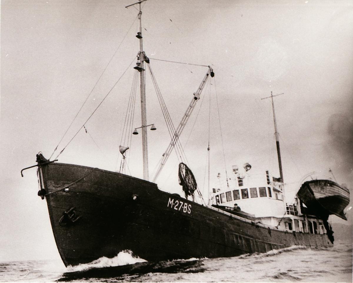 Sildesnurper (M-27-BS) med bassbåt og notbåt ute på sjøen.