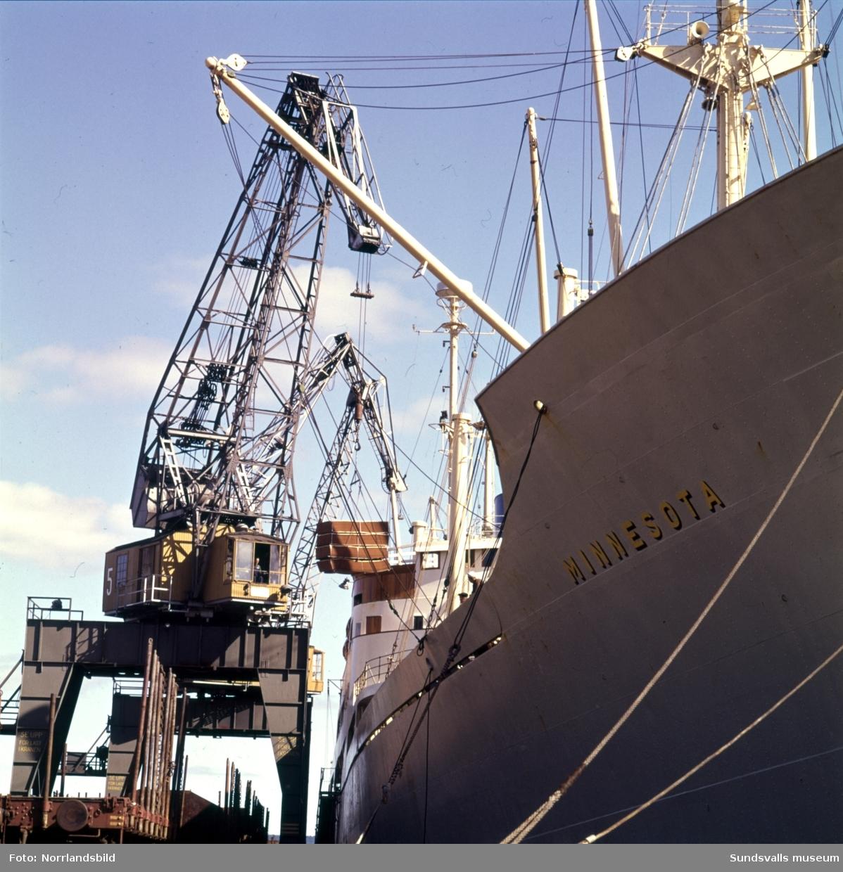 Bilder från hamnen i Sundsvall med fartyg inne för lastning och lossning. Båten Minnesota.