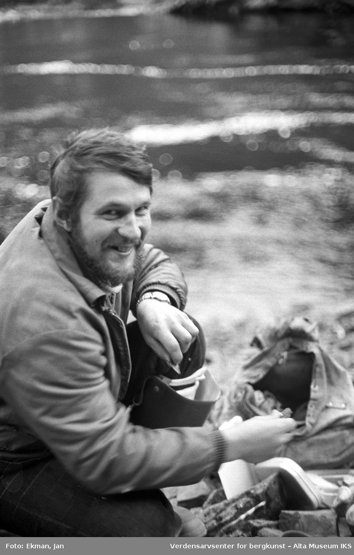 Landskap med personer. Fotografert 1978. Fotoserie: Laksefiske i Altaelva i perioden 1970-1988 (av Jan Ekman).