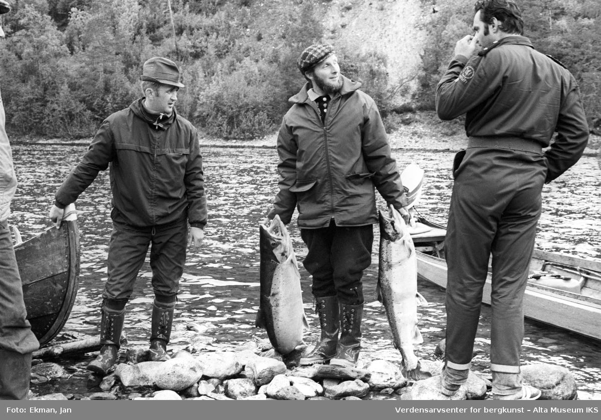 Fangst med personer. Fotografert 1975. Fotoserie: Laksefiske i Altaelva i perioden 1970-1988 (av Jan Ekman).
