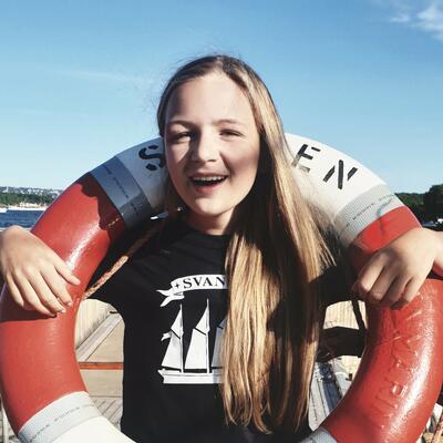 Jente med en redningsbøye. Foto/Photo
