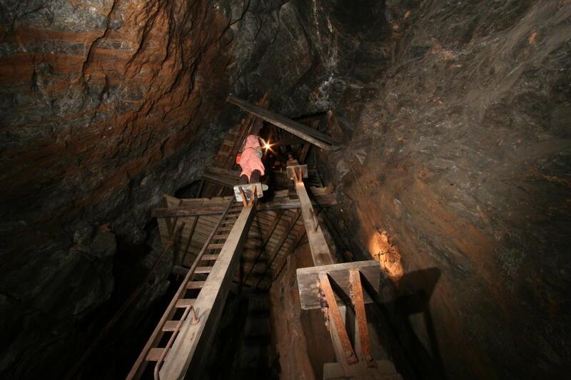 Mann som demonstrerer bruken av mannskapsheisen i gruva. (Foto/Photo)