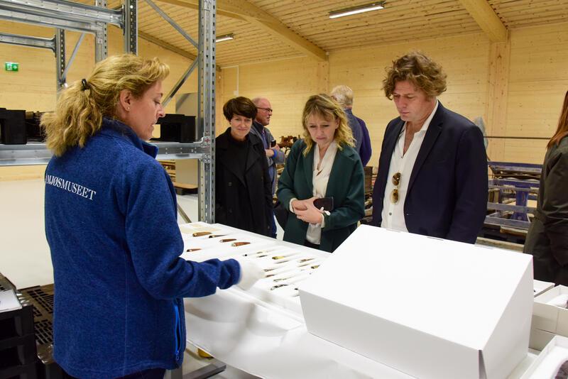 Jorid Almås viste fram oldsaker og Totenkniver. (Foto/Photo)