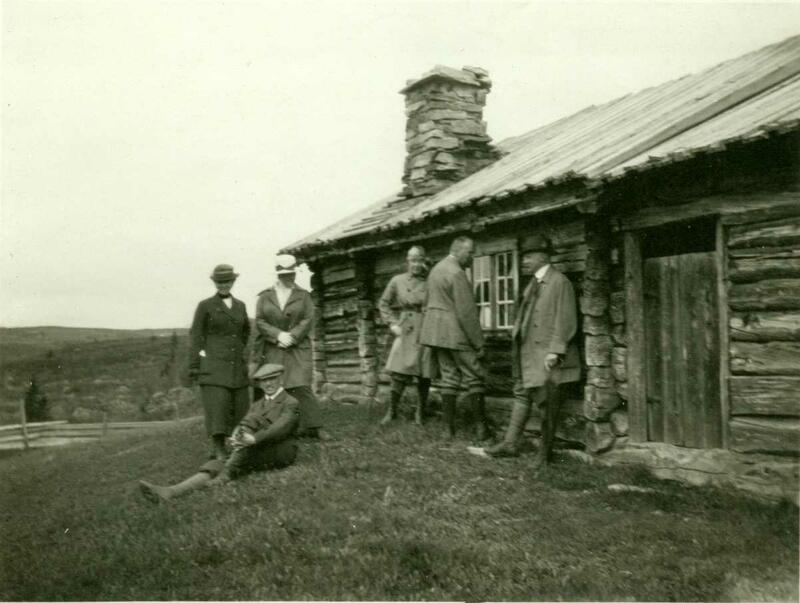 Hans Aall med venner på Bjørnbergstølen før stua ble flyttet til museet. (Foto/Photo)