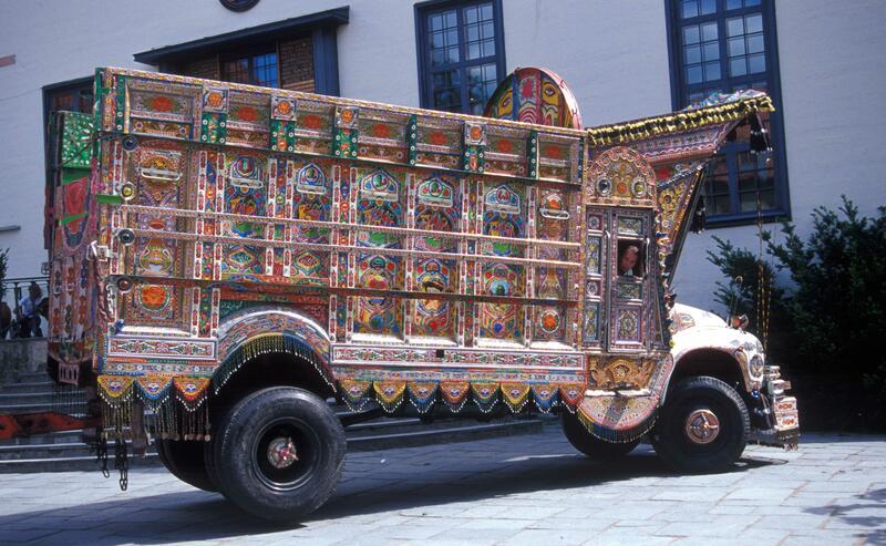 Samtidig med utstillingen ble denne pakistanske lastebilen stilt opp på Torget og «Et Pakistans hjem i Norge» åpnet i OBOS-gården – Wessels gate 15. (Foto/Photo)