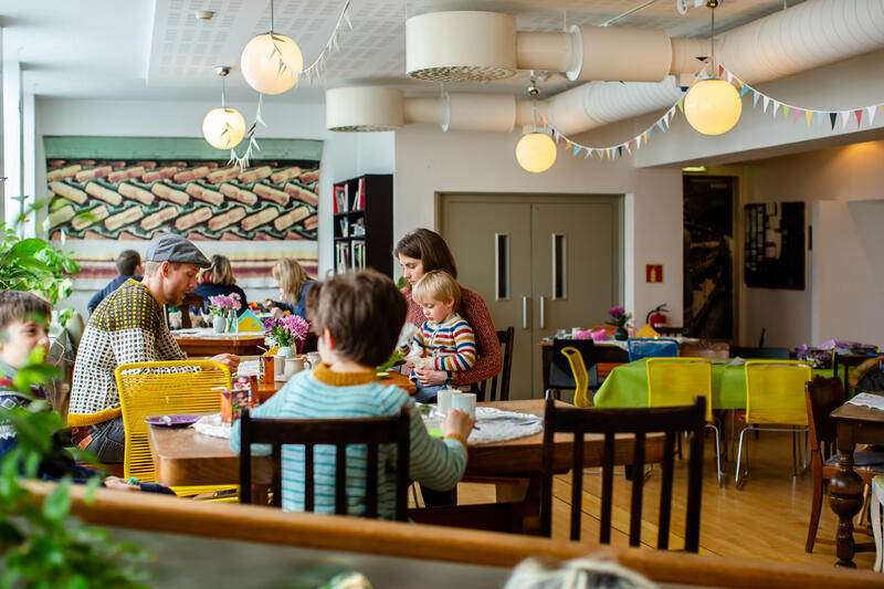 familie og barn i kafélokale (Foto/Photo)