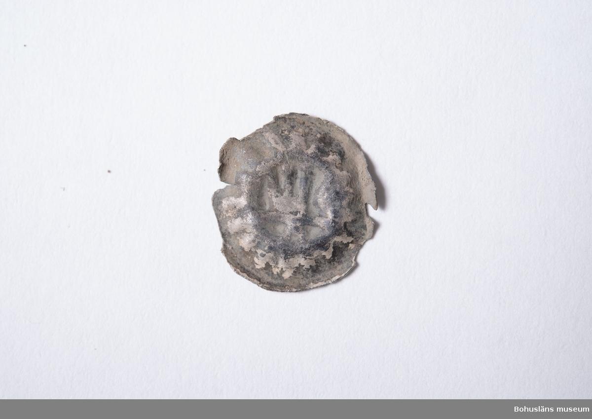 Kronbrakteat av silver präglad i Stockholm, Magnus Eriksson, år 1319-1363. Intakt. Bestämning utförd utifrån digital bild av Kenneth Jonsson, KMK (mail 2019-07-06).