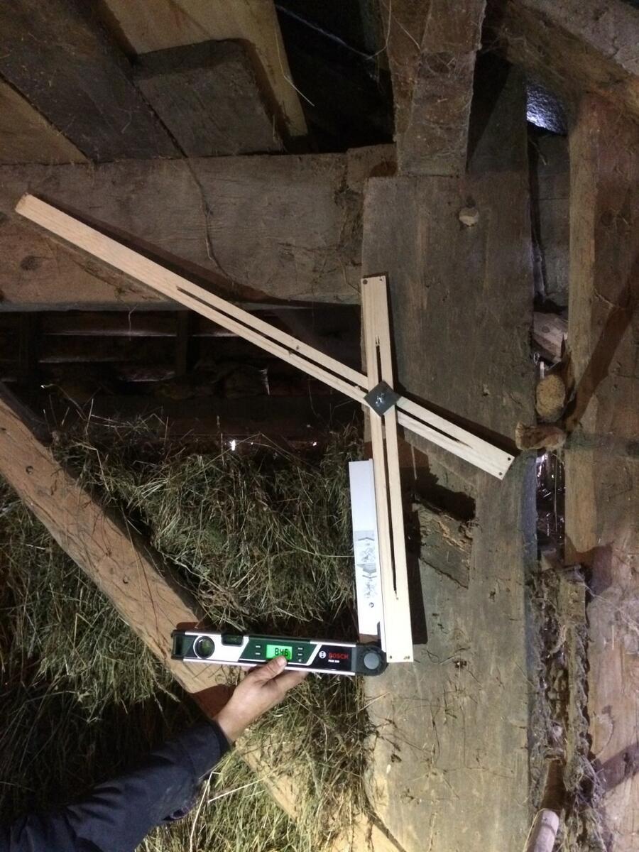 hand held måleutstyr i eit gammalt trebygg på Havrå (Foto/Photo)