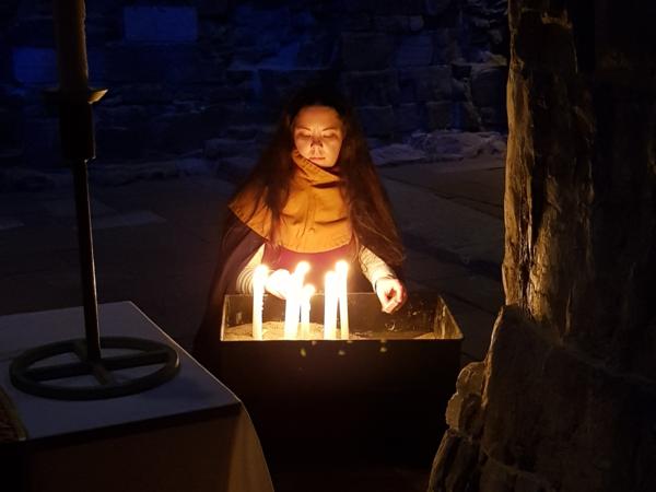 Jul i Hamardomen er en stemningsfull fortellerkonsert med tenning av levende lys, julemusikk og fortellinger.. Foto/Photo