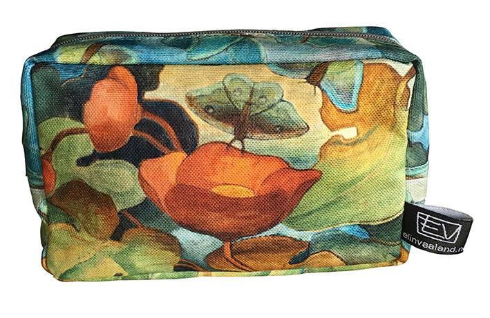 Lekker sminkeveske i Otto Valstads Valmuemotiv designet av Elin Vaaland. Størrelse 16x10x5 cm. Kvaliteten er bomull, trykket med miljøvennlige farger. Pris kr. 299,- (Foto/Photo)