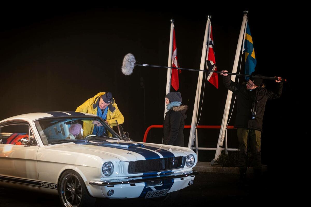 Prøve før opptak. Even og Andrea i bilen snakker med Terje som spiller mannen på bensinstasjonen. Foto: Morten Reiten/Norsk vegmuseum (Foto/Photo)