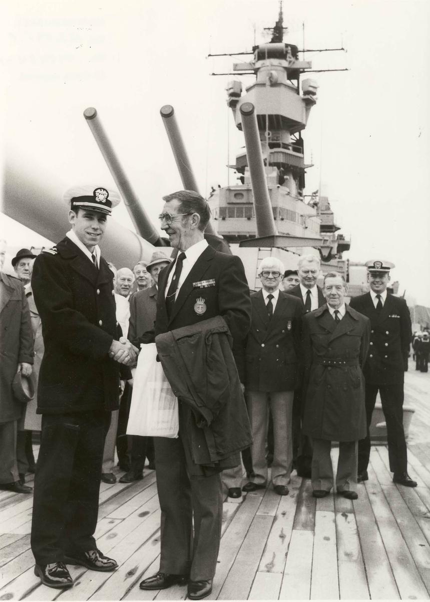 """Norske krigsveteraner på besøk om bord i det amerikanske slagskipet """"Iowa""""."""