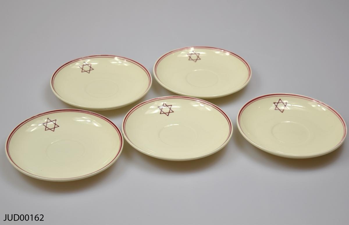 Fem fat till kaffekopp tillverkade av benproslin. Dekorerade med ett rött band runt spegeln samt en röd davidsstjärna.