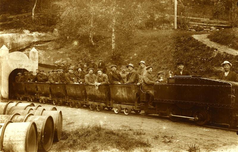 Persontog ved inngangen ved Underbergstollen (Foto/Photo)