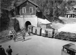 Persontog ved inngangen til gruva (Foto/Photo)