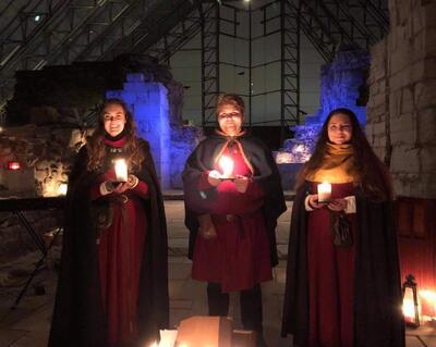 Syngende guider i middelalderklær framfører fortellerkonserten Jul i Hamardomen før jul.. Foto/Photo