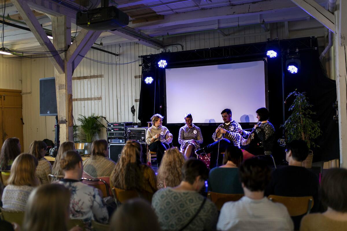 Publikum og sceneprogram under Bergen Strikkefestival 2019 (Foto/Photo)