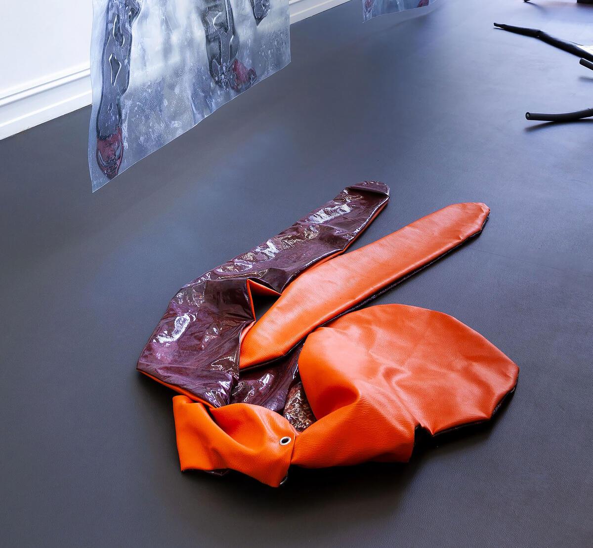 Sandra Mujinga. Tittel: Shawl (Elephant Ears) 2 (2017). Medium: skupltur. PVC, akrylmaling, kunstlær, karabinkrok, glyserin, gjengestang, stangkobling.  størrelse: 170 x 60 x 6 cm. (Foto/Photo)