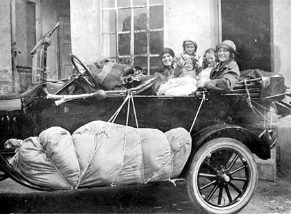 Alfhild Løken og hennes barn er klar for campingtur, 1922. Foto: Anno Domkirkeodden. (Foto/Photo)