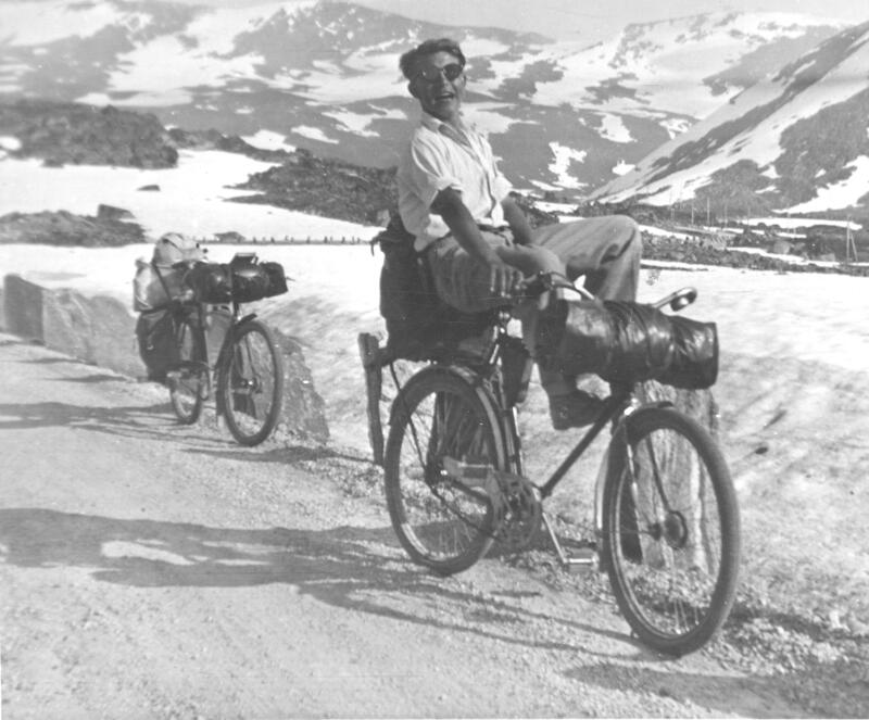Sykkelturist på Strynefjellet, Skjåk, 1945. Fotograf: Torbjørn Arneberg/Skjåk historielag/Gudbrandsdalsmusea. (Foto/Photo)