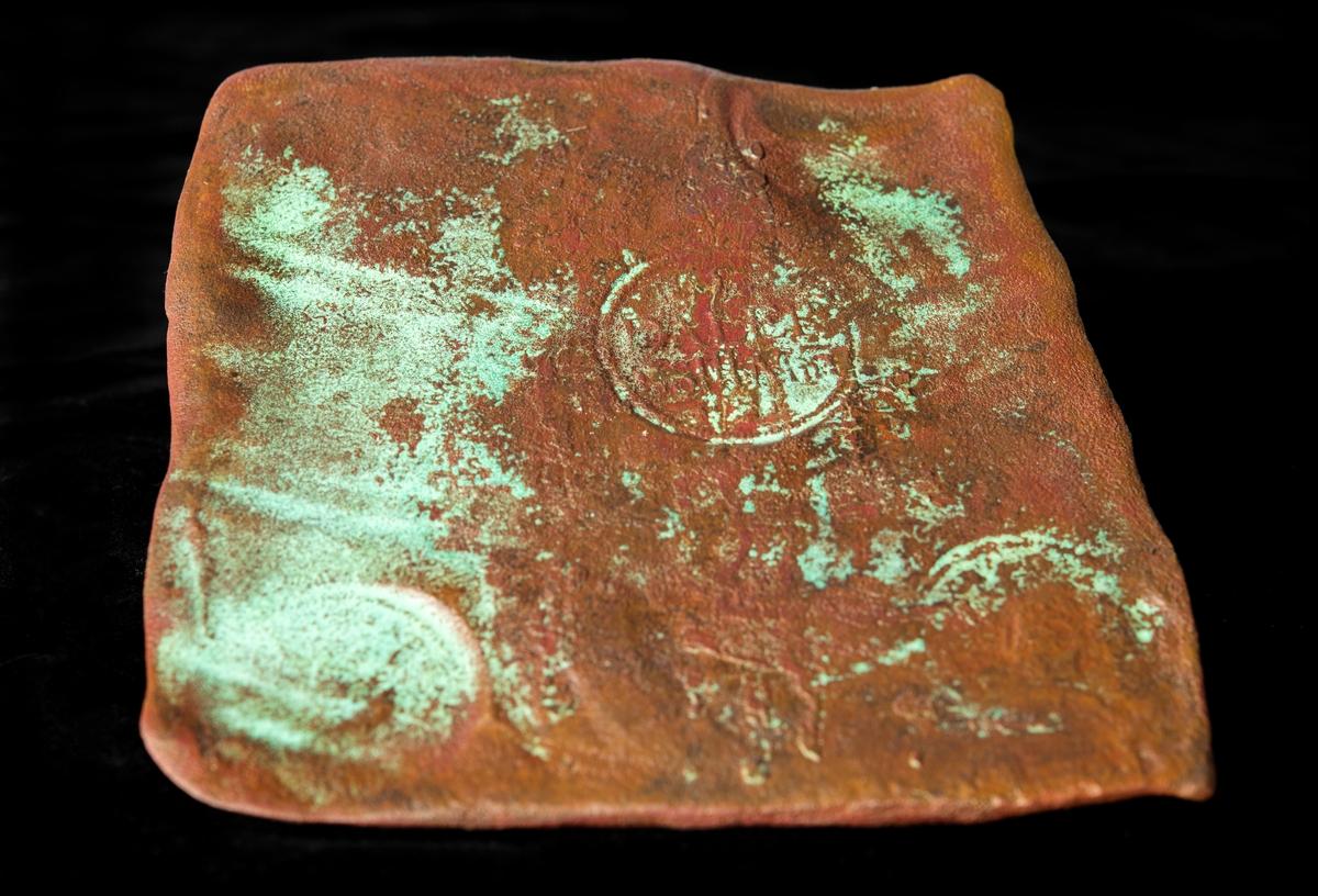 Kopparmynt upptaget från vraket som förmodas vara Resande man. 1 Daler silvermynt, präglat av Marcus Kock mellan 1649–1657.