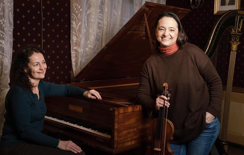 Mona Spigseth sitter ved Ringves eget Broadwood hammerklaver sammen med Renate Kubala på barokkfiolin. Foto: Ole Wuttudal (Foto/Photo)