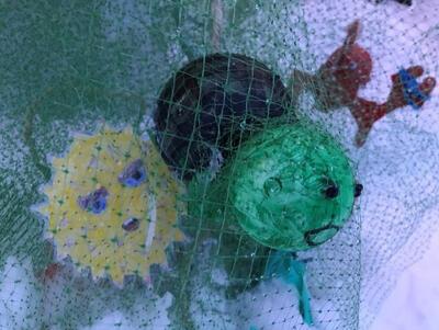 «Plast i havet gruppa har skrevet om hvor viktig det er og ikke kaste plast i havet og tegnet mange av de utrydningstruede fiskene.» (Foto/Photo)