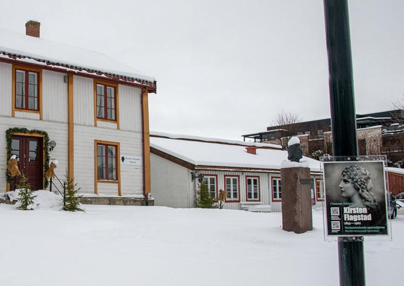 """Vinter utenfor Kirsten Flagstad museum, skiltet som tilhører vandringen """"I hennes fotspor"""" står i forkant, til høyre. (Foto/Photo)"""
