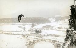 Norsk skihopper i lufta under OL i 1932.