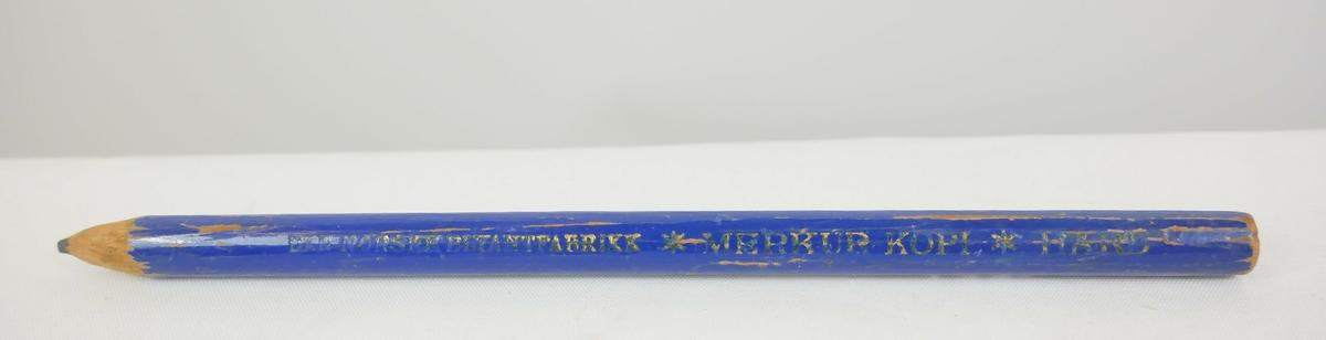 Rund gul blyant som har blitt spisset i den ene enden. Et metallbeslag nedenfor blyantspissen.   Rund blå blyant som er spisset i den ene enden  Rund svart fyllepenn med lokk