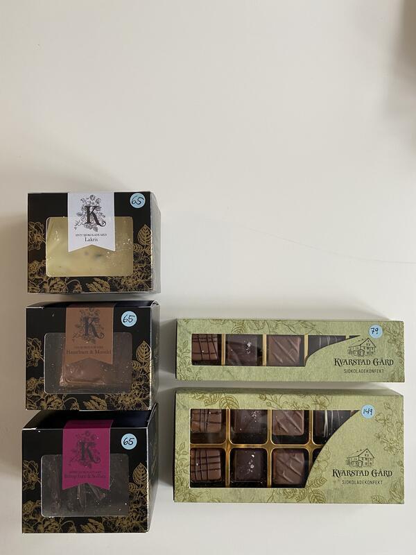 Sjokolade fra Kvartstad gård. Konfekt 5 biter kr 79,- Konfekt 10 biter kr 149,- Sjokoladeflak kr 65,- (Foto/Photo)