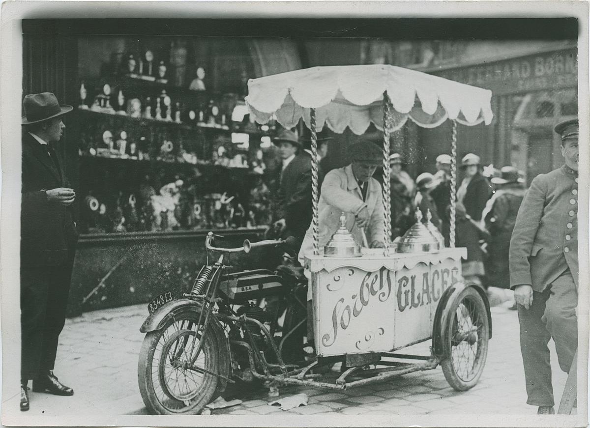 Glasskiosk på motorcykel, Frankrike. Fotografi från John Neréns motorhistoriska samling.