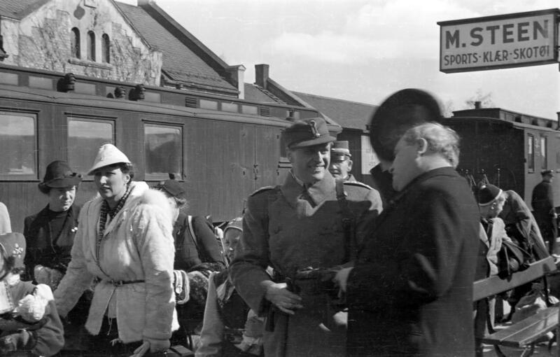 Hambro hilser på kronprinsfamilien ved ankomst Hamar jernbanestasjon 9. april. (Foto/Photo)