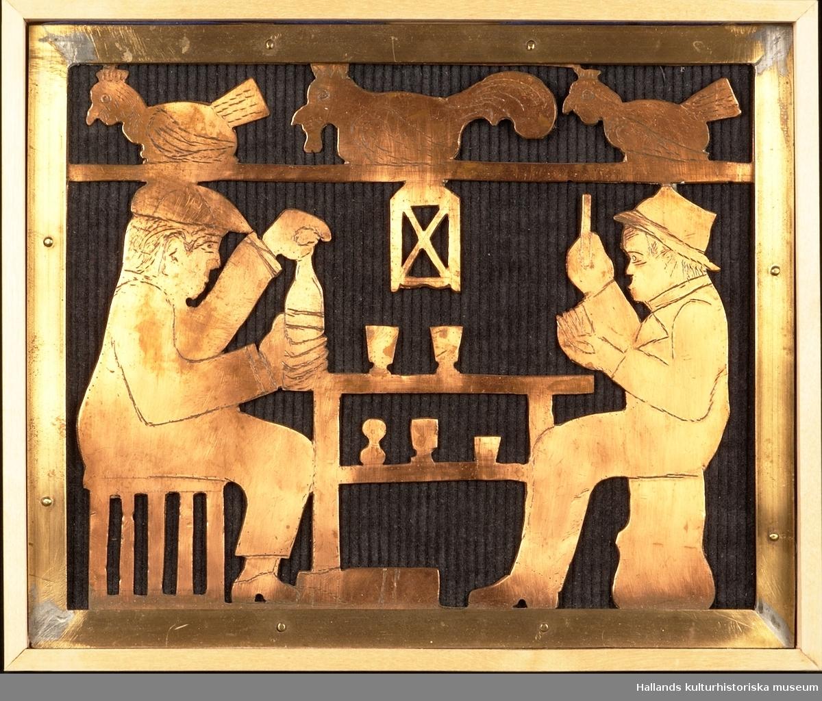 Relief föreställande två män vid ett bord. Männen spelar kort och dricker sprithaltiga drycker. Ovanför männen sitter tre hönor och värper på en hylla. Scenen utspelar sig troligtvis i ett hönshus.  Relief av koppar över en väv av grovt svartfärgat tyg. Inramad i en träram av ädelträ.