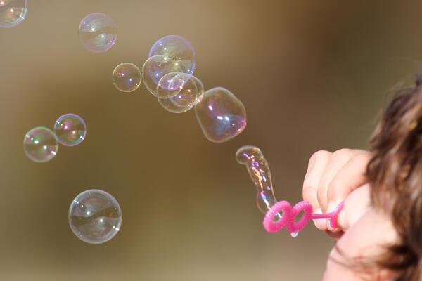 Girl_blowing_bubbles.jpg. Foto/Photo