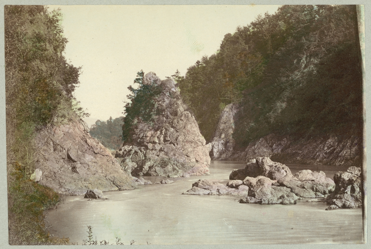 Bilden visar en floddal vid staden Nikko i Japan.