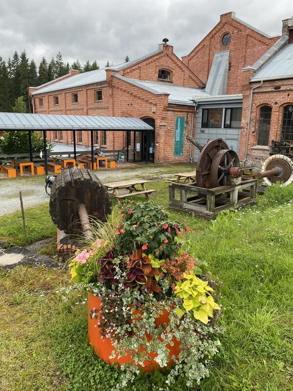 Blomster foranfabrikken på Anno Klevfos industrimuseum. (Foto/Photo)