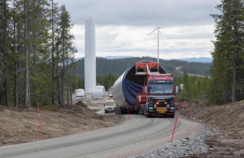 Lastebil lastet med deler av en vindmølle. (Foto/Photo)
