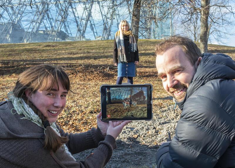 Ansatte på Anno Domkirkeodden demonstrerer AR-spillet KuGo. (Foto/Photo)