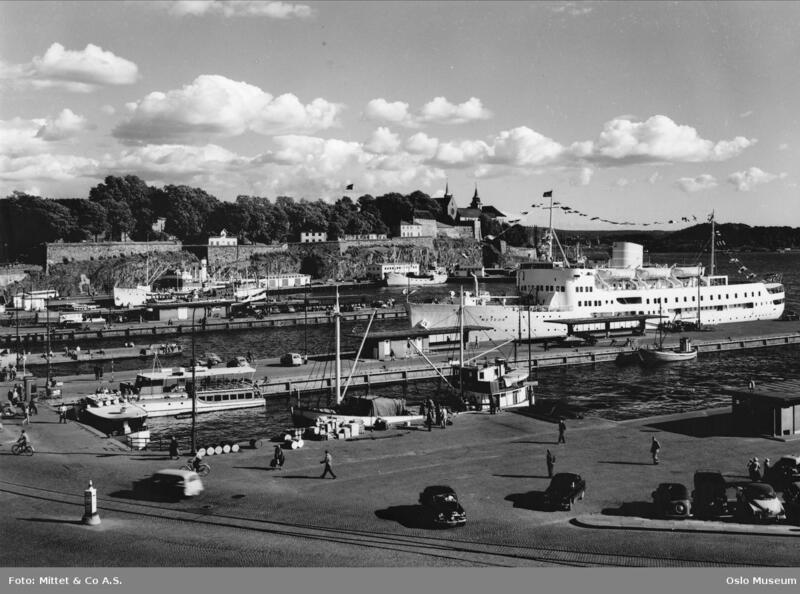 Rutebåten Trollhaug ligger ved rådhusbryggene. Ca. 1955. Foto: Mittet & Co A.S. Oslo museum (Foto/Photo)