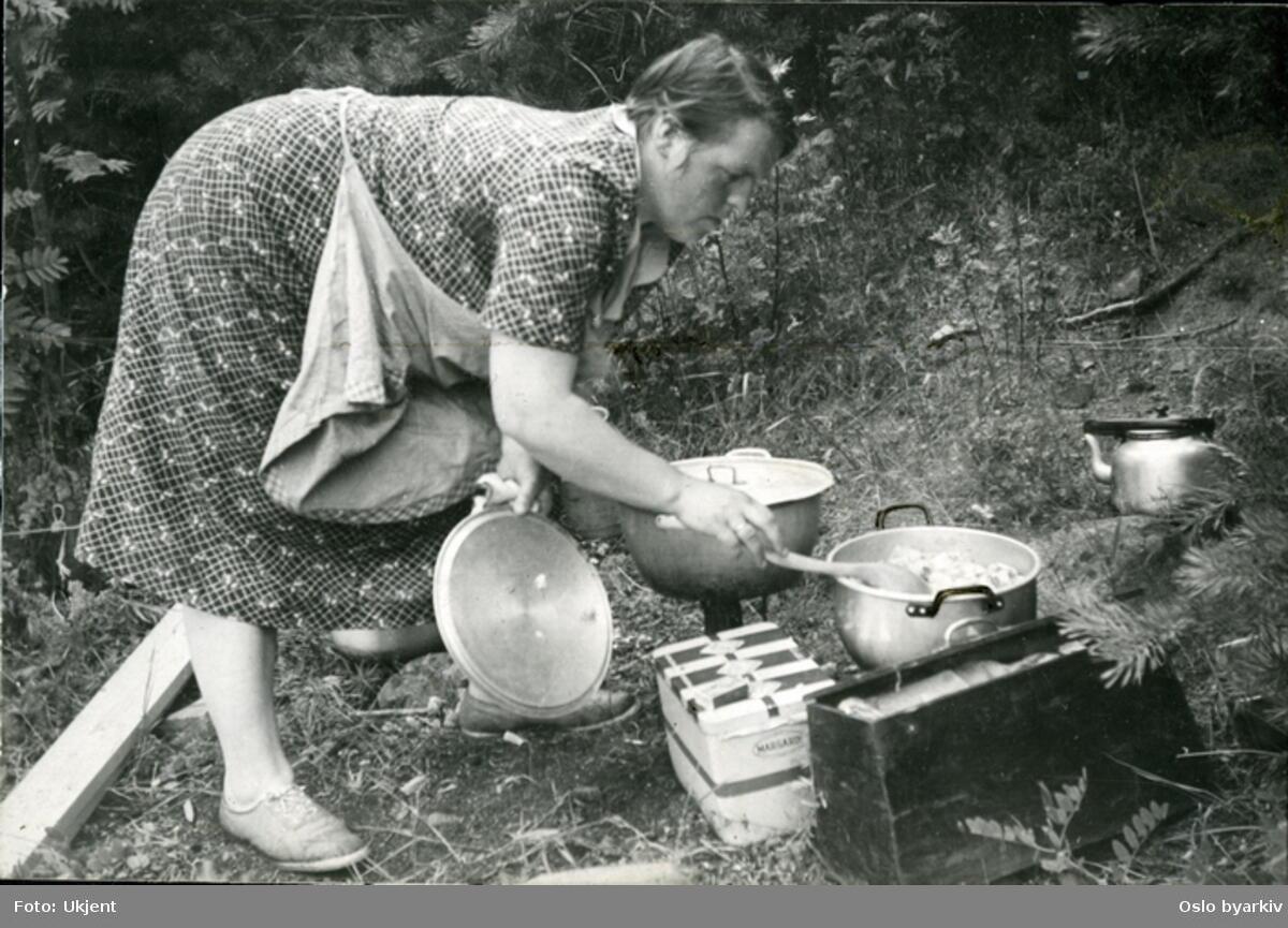 Friluftsliv med primus og kokekar på Nordre Langåra. Den mest benyttede ferieøy i indre Oslofjord for mange i fra arbeiderklassen. Foto: Oslo byarkiv (Foto/Photo)